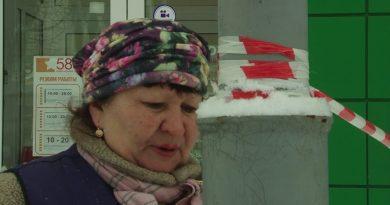 Коммунальщики борются с ледяными навесами