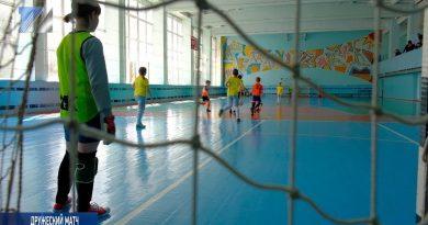 Девичья футбольная команда на дружеском матче в Осинниках