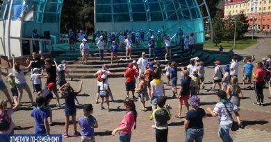 Танцевальный флешмоб в городском парке