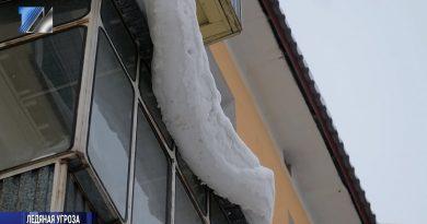 Жителей просят сбить снежные шапки и сосульки с козырьков балконов