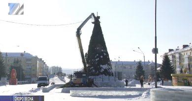С главной площади убирают новогоднюю ёлку