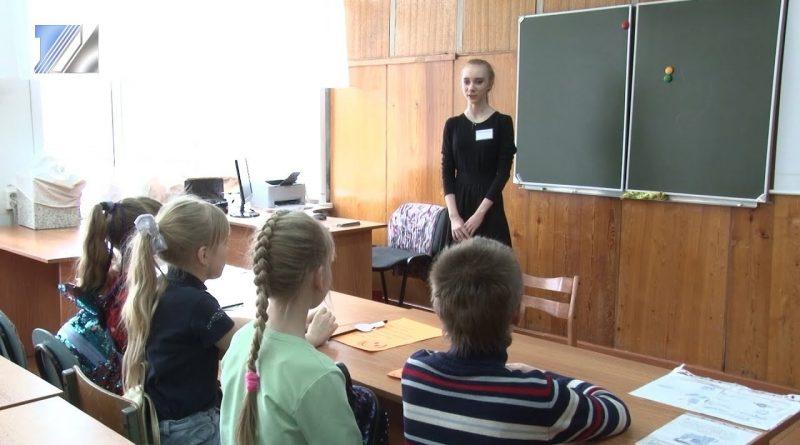 Старшеклассники пробуют свои силы в роли учителя