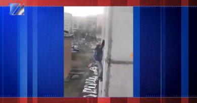 Междуреченцы обсуждают видео, где подросток болтается на окне высотки