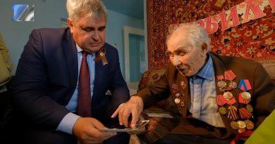 Владимир Чернов поздравил ветерана Михаила Апонькина с праздником Победы